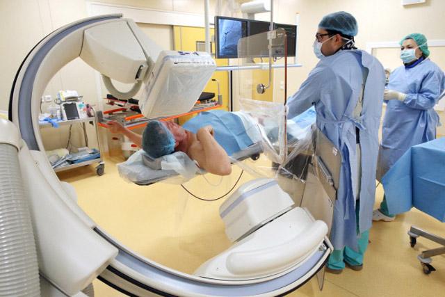 врач наблюдает за ходом процесса на экране