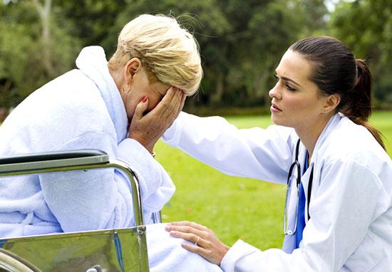 психолог утешает пациента перенесшего инсульт