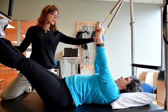 врач занимается реабилитацией пациента перенесшего инсульт