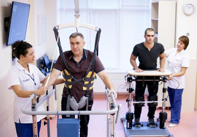 врачи-реабилитологи занимаются реабилитацией пациентов после инсульта