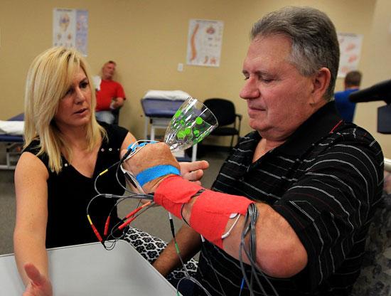 физиотерапевт занимается восстановлением пациента перенесшего инсульт