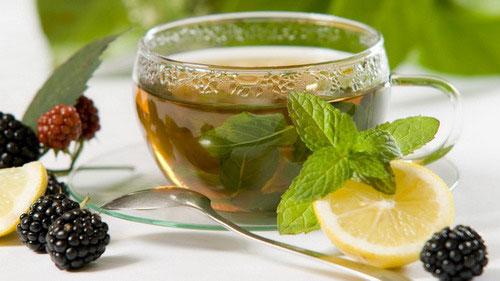 чашка зеленого мятного чая