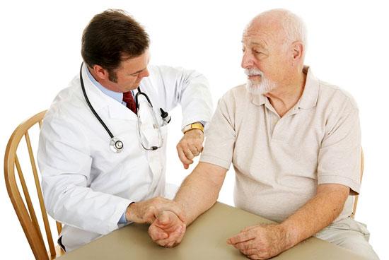 врач измеряет давление пациенту по характеру пульса
