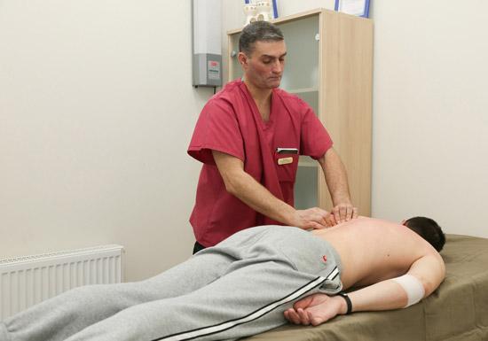 массаж спины пациенту, перенесшему инсульт