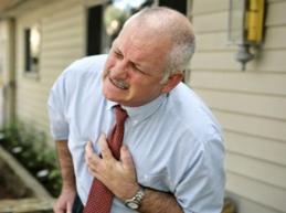 у мужчины боль в области груди