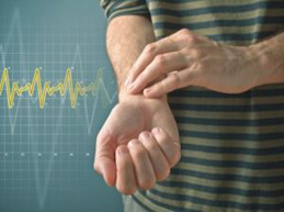 мужчина измеряет пульс