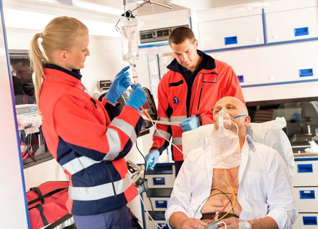 врачи скорой помощи вводят пациенту внутривенно препараты