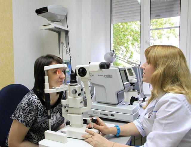 пациентка на приеме у офтальмолога