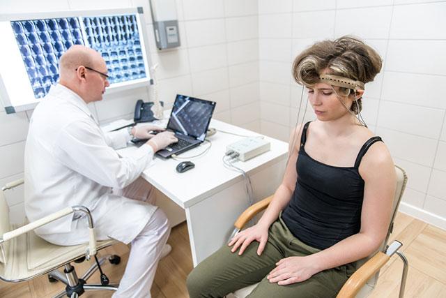 человек на процедуре реоэнцефалографии