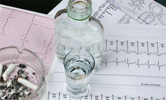 бутылка и рюмка водки на результатах кардиограммы