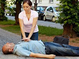 девушка делает непрямой массаж сердца мужчине