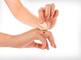 Как правильно остановить кровь из пальца при разных повреждениях