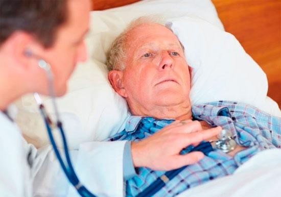кардиолог осматривает пациента