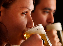 мужчина и женщина пьют пиво