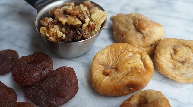 инжир, курага и грецкие орехи